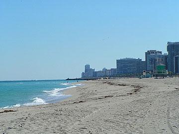 Haulover Beach בפלורידה. בין החופים הציבורים הבודדים שניתן להתפשט בהם ( צילום: filippo_jean, CC )
