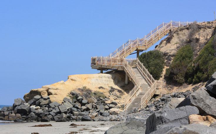Black's Beach בסן דיאגו קליפורניה. צוללים בעירום ( צילום: shutterstock )
