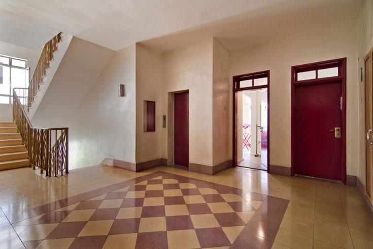 ברוכים הבאים. הכניסה לדירתה של שירי (צילום: אילן נחום )