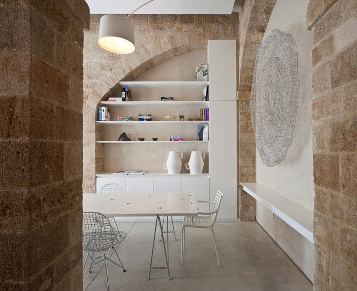 מראה קירות ותקרות האבן משתלבים היטב עם המראה העכשווי של רצפת הבטון המוחלק והריהוט המינימליסטי (צילום: עמית גרון)