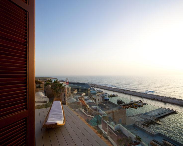הנוף הנשקף אל הים והנמל הישן מחדיר לדירה את הריחות והרוח הים-תיכוניים (צילום: עמית גרון)