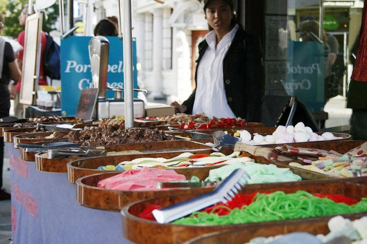 עתיקות, פירות ובגדי מעצבים. שוק פורטבלו באגליה ( צילום: alui0000, cc )