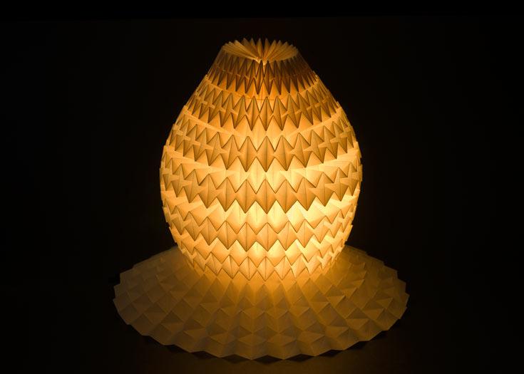 מתוך התערוכה ''יוצא לאור'' של גריבי, שבוחנת, בין היתר, את היחס בין אור לחומר - נייר במקרה הזה (צילום: אלבי צרפתי)