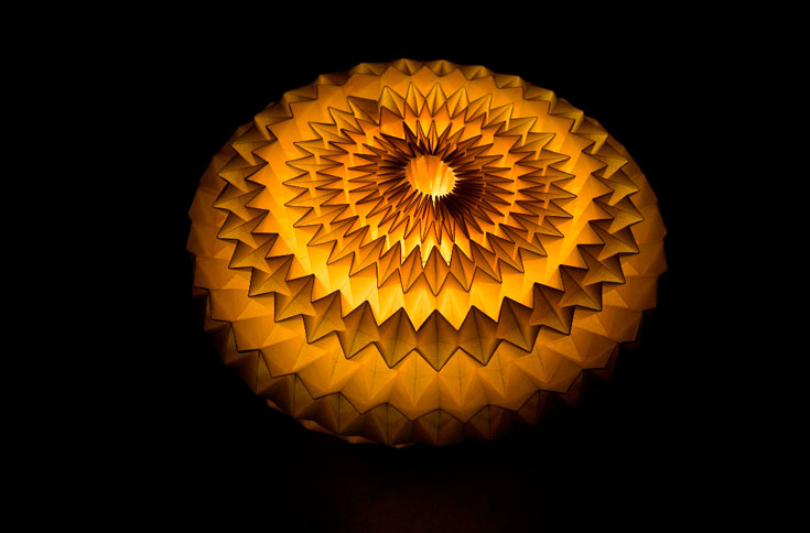 על אמן האוריגמי אסור לגזור, להוסיף, להדביק או לצבוע. השימוש באור ובצל הוא אלמנט חיצוני, שבמפגש עם הדוגמאות הגיאומטריות מוליד תוצר חדש, בין העיצוב המודרני והאמנות היפנית עתיקת היומין  (צילום: אילן גריבי)
