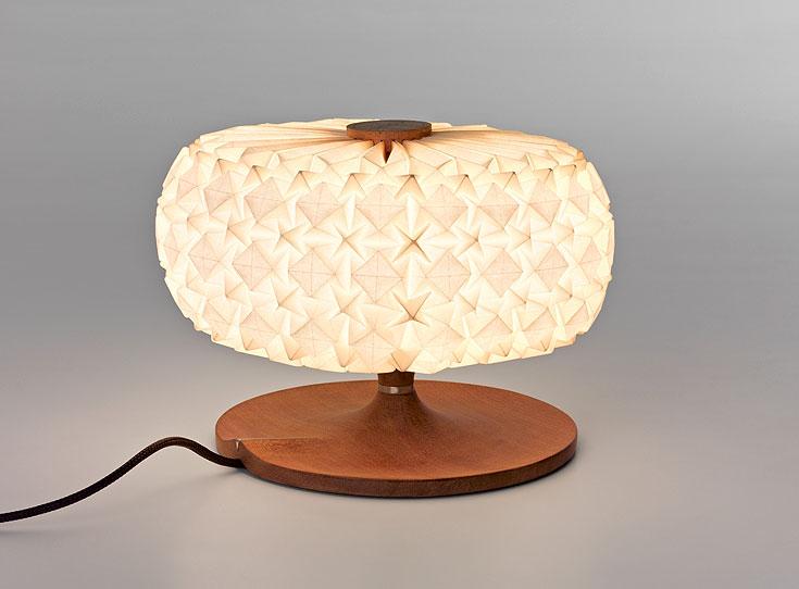מנורה מהסדרה ''מולקולס'', בשיתוף חברת ''אקווה קריאיישנס''. המנורות הוצגו השנה  באירועי שבוע העיצוב היוקרתיים במילאנו ובניו יורק (צילום: אלבי צרפתי)