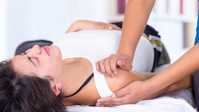 כאבים בכתפיים לאחר פעילות גופנית: הסיבות והטיפול
