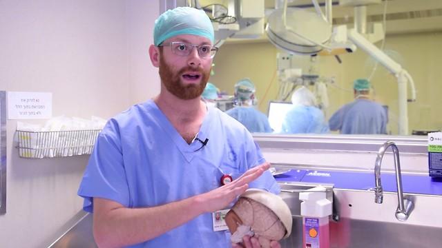 Лікар Джон Уайстон з видрукованим на принтері черепом