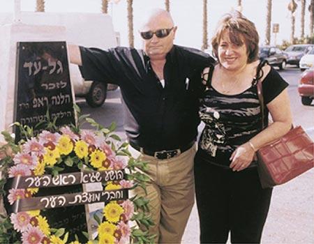 """זאב ראפ ליד האנדרטה לזכר בתו (צילום: אבי מועלם, """"חולון בת-ים"""")"""