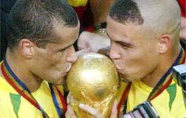 רונאלדו (מימין) וריבאלדו (משמאל) עם הגביע
