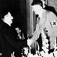צ'מברליין לוחץ את ידו של היטלר