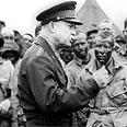 אייזנהאואר משוחח עם צנחנים אמריקאיים ביום הפלישה לנורמנדי