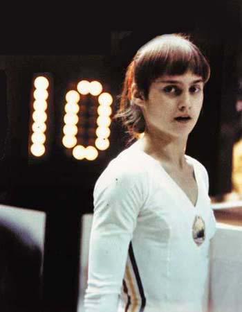 נדיה קומנץ' לאחר שזכתה בציון 10 הראשון שניתן אי פעם באולימפיאדה ()