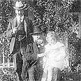 לורד מלצ'ט (עומד) לצד אביו (יושב) ובנו הנרי