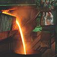 התכת ברזל לשם יצירת פלדה