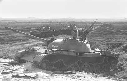 """טנק סורי במלחמה. """"תצפיות חלקיות מהרמה"""" (צילום: מנשה עזורי, לע""""מ) (צילום: מנשה עזורי, לע"""