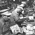 דוורים עסוקים במיון מכתבים בבית הדואר