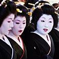 גיישות בטקס מסורתי במקדש סאונסוג'י, מחוז אסאקוזה