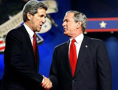 קרי ב-2004 עם ג'ורג' בוש הבן, שלו הפסיד במרוץ לנשיאות (צילום: איי פי) (צילום: איי פי)