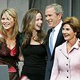 בוש עם אישתו לורה ובנותיו ברברה וג'נה