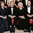 ג'ורג' בוש האב (מימין), ברברה בוש, ג'ורג' בוש הבן ולורה בוש