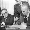 יצחק רבין וקיסינג'ר בחתימה על הסכם הביניים בין ישראל למצרים, 1975