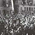קהל חוגג מול מוזיאון תל אביב לאחר הכרזת העצמאות, 14.5.1948