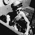 """קנדי עם שרידי ספינת הטורפדו עליה פיקד עם פרוץ מלחע""""ה ה-2, 1943"""
