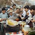 אפגאנים אוכלים בעיד אל פיטר לאחר סיום צום הרמדאן