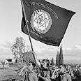 חברי תנועת השומר הצעיר מניפים את דגל התנועה, 1941