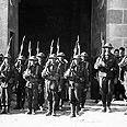 משמר כבוד של חיילים בריטים ליד שער יפו, בטקס לציון כיבוש העיר מידי השלטון העות'מאני, 1917