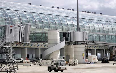 """הקומפלקס העצום כולל 3 טרמינלים. שדה""""ת שארל דה גול בפריז (צילום: רויטרס) (צילום: רויטרס)"""