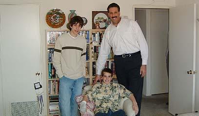 הוואי לאסוף ובניו בשנת 2006 בביתו בפילדלפיה ()