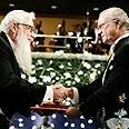 פרופ' ישראל אומן מקבל את פרס נובל