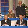 יצחק זמיר (מימין למטה) בטקס חלוקת פרס ישראל, 1997
