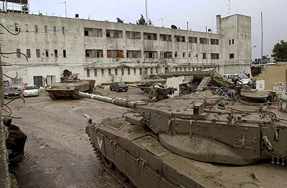 החיילים פיקחו על העברת מזון ואספקה לערפאת הנצור (צילום: איי פי) (צילום: איי פי)