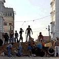 """ילדים פלסטינים בונים מחסומים כדי למנוע כניסת טנקים של צה""""ל, עזה"""