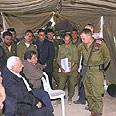 """ראש הממשלה אריאל שרון מקבל הסברים על פעילות צה""""ל בגזרת ג'נין במהלך המבצע"""