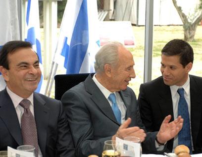 """לזכור ולא לשכוח - אגסי (מימין) עם נשיא המדינה וקרלוס גוהן מרנו (צילום: משה מילנר, לע""""מ) (צילום: משה מילנר, לע"""