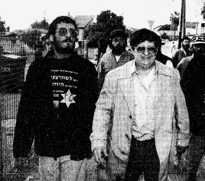 משולם וחסידיו עוזבים את ביתו ביהוד, 1994  (צילום: אורן אגמון) (צילום: אורן אגמון)