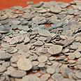 מטבעות עתיקים שנתפסו על ידי פקחי היחידה למניעת שוד עתיקות אצל סוחרי עתיקות בירושלים