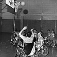 שחקני הנבחרת הישראלית בכדורסל בכיסאות גלגלים, מתאמנים לקראת פתיחת משחקי סטוק-מנדוויל, 1970