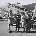 """בדיקת דרכונים של נוסעים העומדים לעלות על מטוס חברת """"אוירון"""", 1947"""