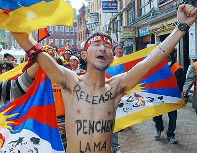 אוהבים גם כדורגל, באמת. תושבי נפאל (צילום: AFP) (צילום: AFP)