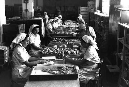 """עובדות במפעל עלית, 1950 (צילום: טדי בראונר, לע""""מ)"""