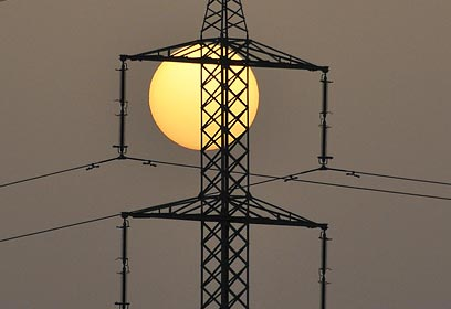 """מחנק אשראי ותשתיות הוביל ל""""בצורת"""" החשמל. ארכיון  (צילום: שאדי מטר) (צילום: שאדי מטר)"""