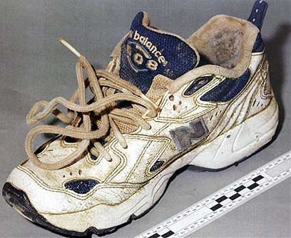 למה רק נעלי התעמלות? אחת הנעליים הראשונות שנמצאו (צילום ארכיון: AP) (צילום: AP) (צילום: AP)
