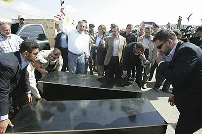 חיזבאללה מציג את הארונות עם גופות החיילים החטופים ב-2008 (צילום: רויטרס) (צילום: רויטרס)