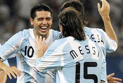 ריקלמה עם מסי באולימפיאדה. נבחרת החלומות של ארגנטינה (צילום: AFP)