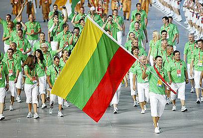שאראס עם דגל ליטא בטקס הפתיחה של אולימפיאדת 2008 (צילום: רויטרס) (צילום: רויטרס)