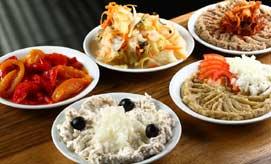 איקרה, כבד קצוץ, פלפל קלוי, סלט חצילים, ירקות כבושים, אוכל רומני. צילום: דן פרץ